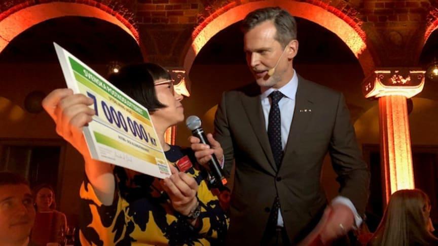 Astma- och Allergiförbundets generalsekreterare Kristina Ljungros tar emot en check på sju miljoner kronor från Svenska Postkodlotteriets Rikard Sjögren.
