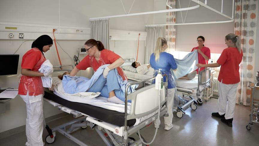 Studenter genomför olika övningar under en lektion på Sjuksköterskeprogrammet. Foto: Högskolan i Skövde