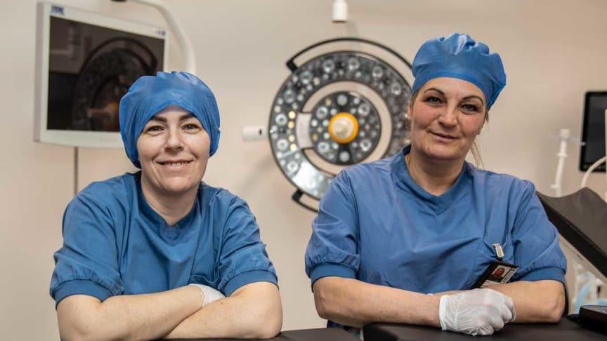 Personalen på Bredablick Facility Services, Alexandra Simon (vänster) och Petra Lindberg (höger), är specialutbildade och städar lokalerna på Perituskliniken.