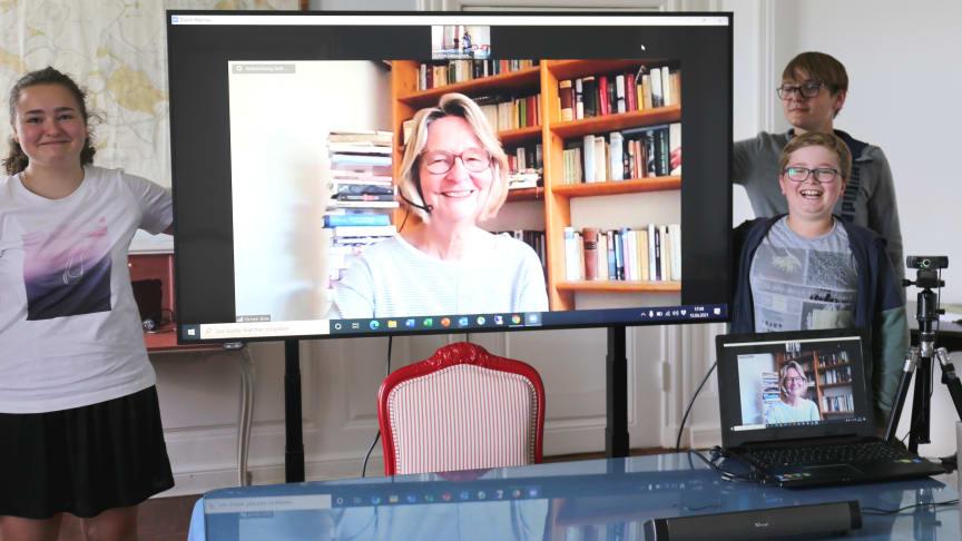 Gut unterhalten haben sich Johanna sowie Leonard und Henner mit Autorin Kirsten Boie