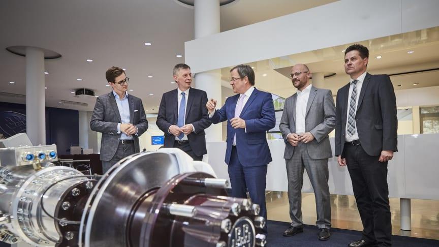 Ministerpräsident Armin Laschet (Mitte) mit Landtagsabgeordneten Bodo Löttgen (2. v. l.) Bürgermeister Ulrich Stücker (r.) und dessen Stellvertreter  Sören Teichmann (2. v. r.) mit dem BPW E-Mobility-Experten Josha Kneiber  (links)