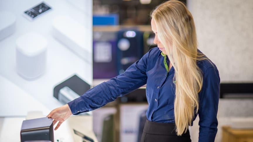 Med butikken som kunnskapssenter: - Her kan vi bidra til å ufarliggjøre og gi opplæring i ny teknologi.