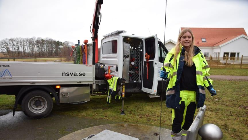 Laura Karlsson,  drifttekniker på avdelning Avloppsrening, ute på uppdrag. Nu kan du också bli en del av vårt glada gäng på NSVA- vi söker flera nya medarbetare. Läs mer på vår karriärsida, jobb.nsva.se