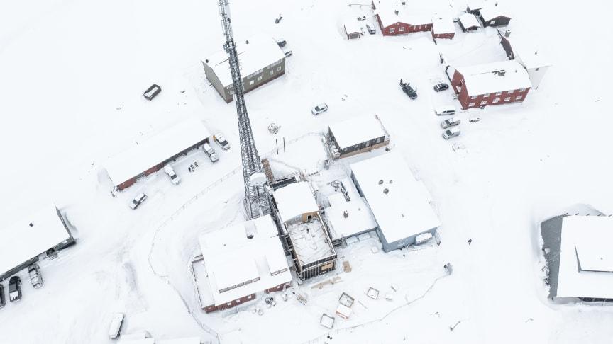 Nå kommer det solceller på taket av Telenors nye bygg, dette vil spare både miljøet og kostnader for Telenor Svalbard.