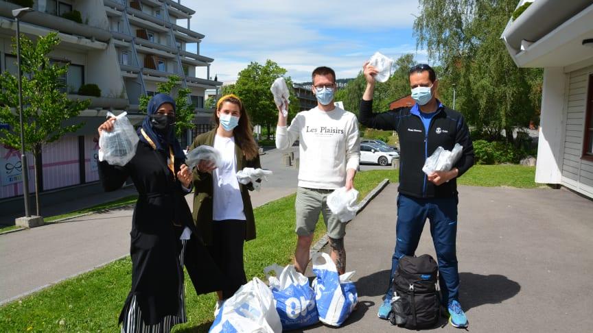 Shabana, Kaja, Axel og Shwan på vei ut for å gi koronainformasjon og smittevernpakker med tøymunnbind og håndsprit.