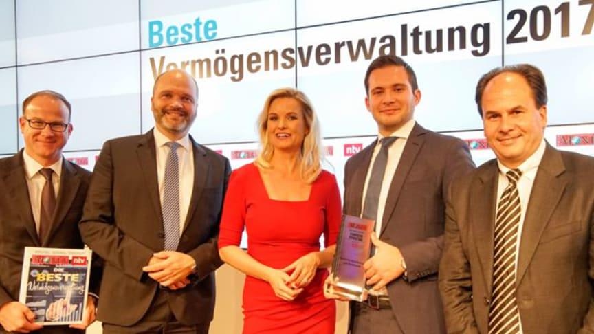 Nahmen den Preis in Berlin entgegen (v.l.n.r.): Clemens Berendt, Ralf Habeth, Sven Dix und René Hermanns von der apoBank mit n-tv Moderatorin Carola Ferstl
