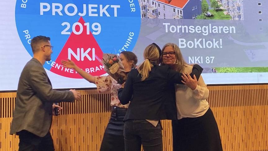 """Juvall Jungman och Maria Forssell från BoKlok tar emot priset för """"bästa projekt"""" vid Prognoscentrets NKI-seminarium tidigare idag."""
