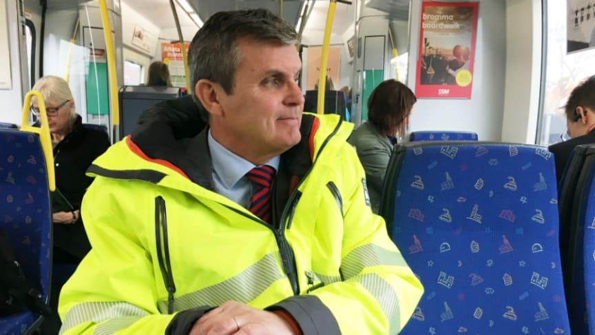 Leif Linde, vd Riksbyggen, tar gärna tåg på både korta och långa sträckor. Bilden på Leif är tagen på pendeltåget till Upplands Väsby inför första spadtaget för Brf Ljuspunkten.