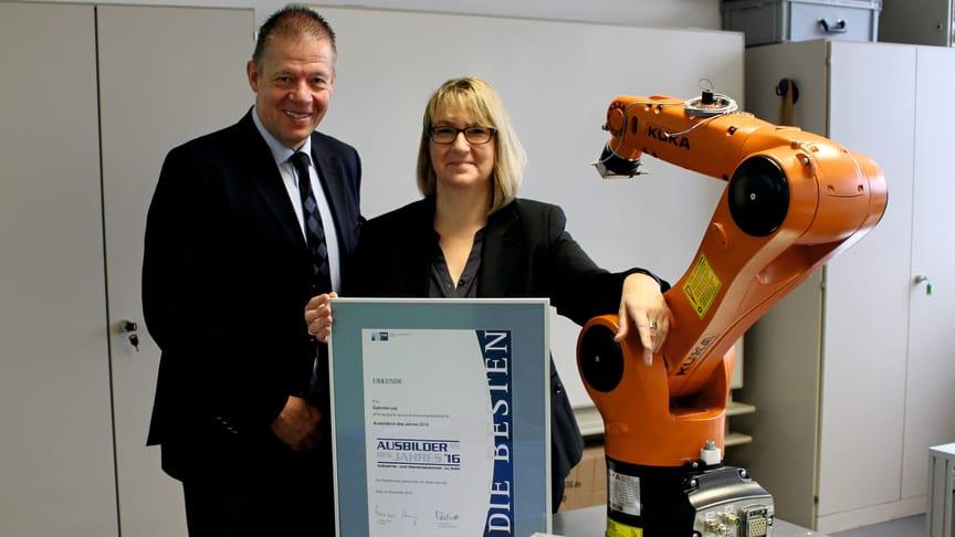 BPW Ausbildungsleiter Rainer Butting freut sich mit Gabriele Ley über die Auszeichnung.