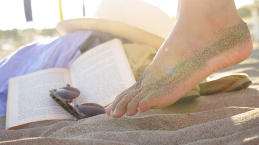 Woran in den Ferien am Strand kaum einer denkt: auch die Füße vor Sonnenbrand zu schützen und vor Fußpilz, der sogar im Sand lauern kann. Bild: Wellenhofer Designs | fotolia