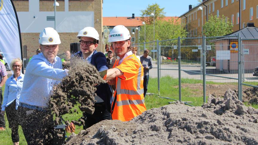 Anders Stjärnberg, VD HSB Östergötland, Elias Aguierre, Samhällsbyggnadsnämndens ordförande och Robert Ohlsson, arbetsledare på Peab tog det första spadtaget för HSB brf Panorama i Berga park i Linköping.