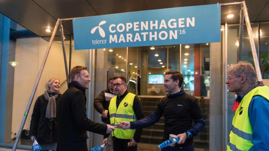 Telenors kommercielle direktør Lars Thomsen og marketingschef Michael Gamst (midten) tager imod ansatte i Telenor sammen med formand i Sparta Niels Jørgen Holdt (tv) for at fejre indgåelsen af sponsoratet.