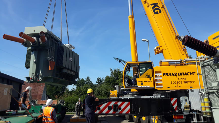 Beinahe Millimeter-Arbeit: Der 73 Tonnen schwere Transformator wird per Autokran an seinen Standort gehievt.
