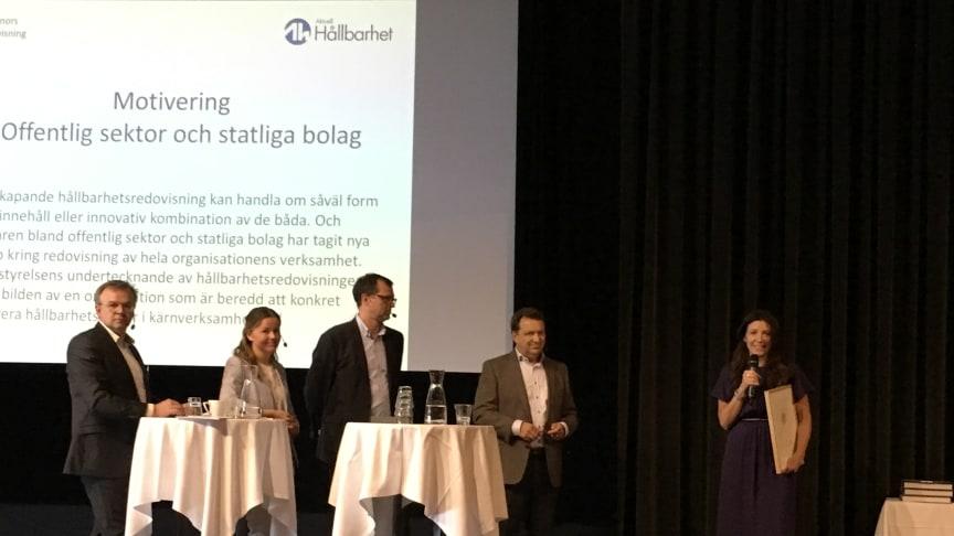 Anna Ryott tar emot priset för Årets Bästa Hållbarhetsredovisning i kategorin Offentlig sektor och statliga bolag.