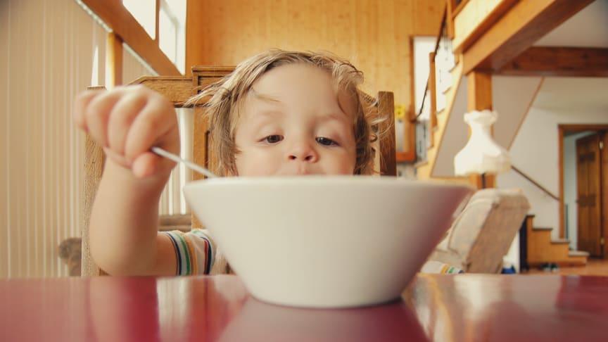 Bild på barn med en stor matskål framför sig. Källa: Unsplash