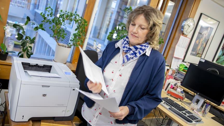 Biblioteksassistenten Anna-Stina Widd hämtar de utskrivna kravbreven direkt i skrivaren.