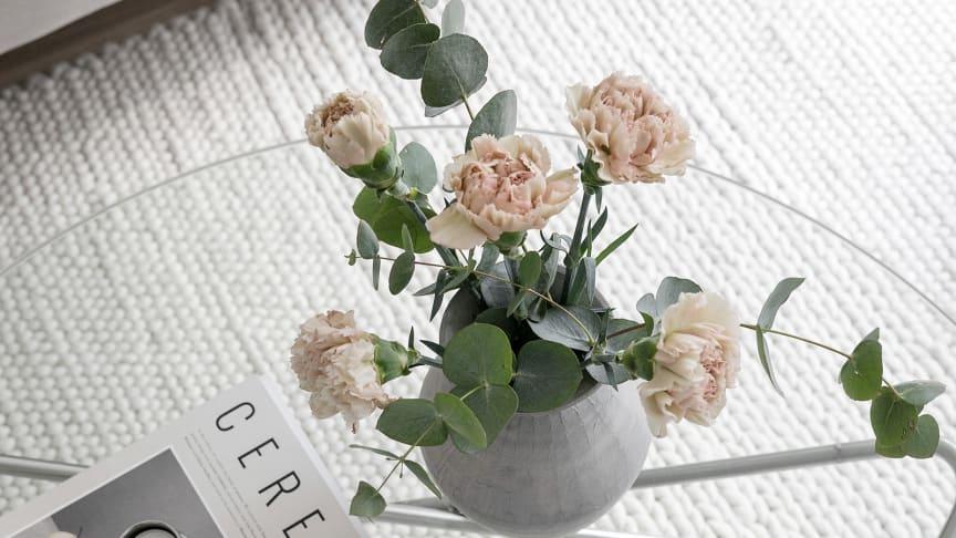 """""""Just nu är det väldigt populärt med den skandinaviska stilen med greige, grått och beiget på väggarna. Den färgskalan kan lätt kännas lite dämpad och därför gifter sig blommorna väldigt fint med den inredningsstilen"""", säger Sara-Lisa Ludvigsson."""