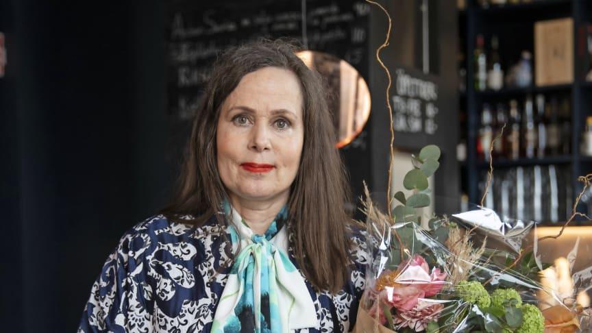 Sara Danius, Årets Mappie 2018, med den specialdesignade prisstatyn av konstnären Susanna Arwin.