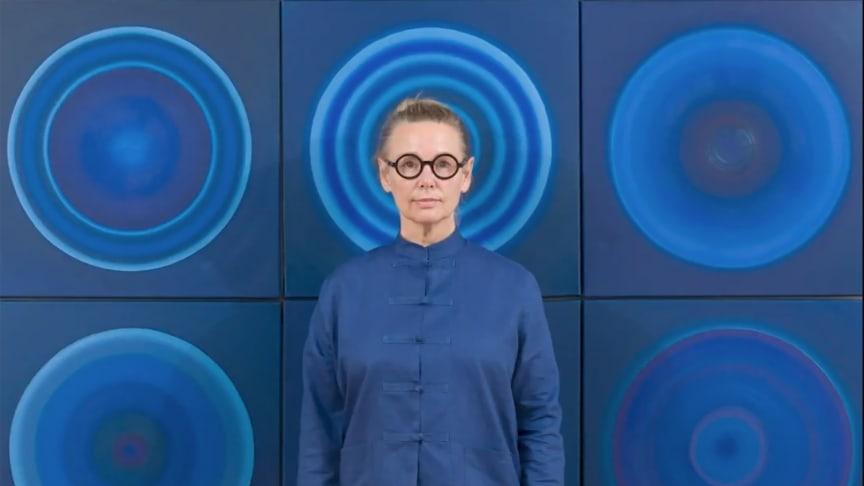 Heikedine Günther vor einem Teil ihrer Werkserie ‹Concentric Circles› ((c) Heikedine Günther)