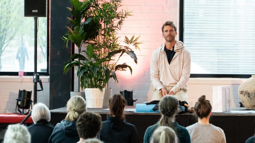 Manifestation på den Internationella Fredsdagen tillsammans med meditationsläraren Pål Dobrin