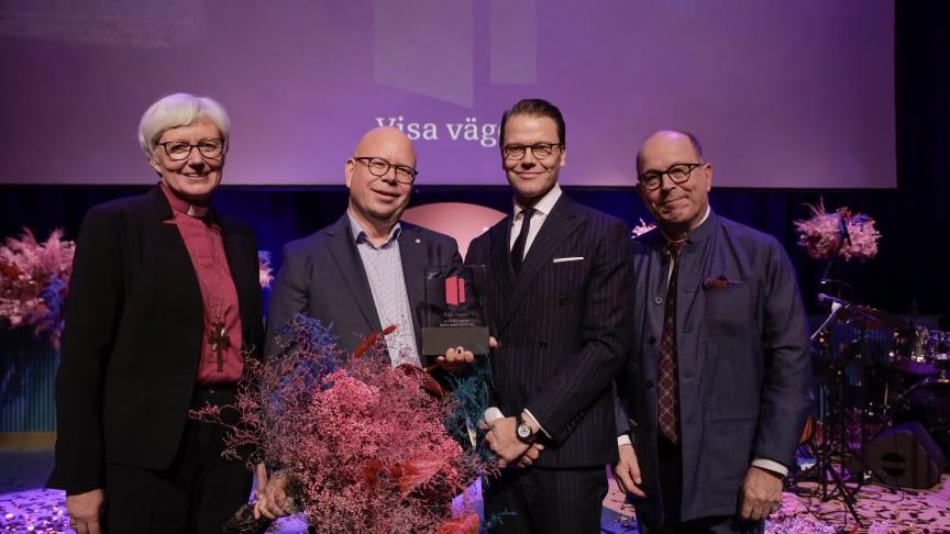 Christer Läckgren, vd Sorundahallarna, vid prisutdelningen tillsammans med Antje Jackelén, HKH Prins Daniel och Jan Scherman