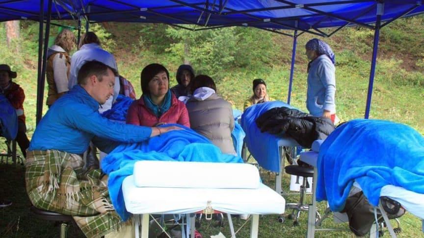 Der Wiesbadener Osteopath Oliver Berner war mit Kollegen in Kirgistan und hat Bewohner der Bergdörfer kostenlos behandelt.