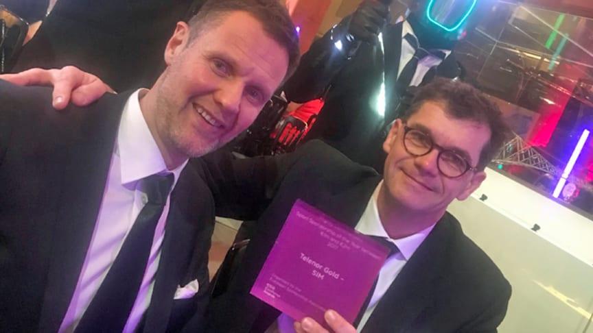 Per Anders Vold (t.v.) og Petter Svendsen mottok prisen på Telenors vegne.