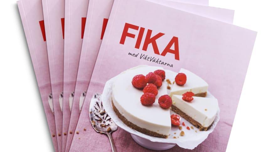I Fika med ViktVäktarna hittar du klassiska småkakor och mjuka kakor, kakor som passar till fikat eller födelsedagen och lättlagade efterrätter som blir den perfekta avslutningen på en god middag - allt på ett lite smartare sätt!