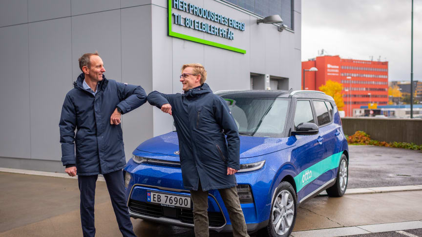 Jørgen Chr Flaa og Are Borvik Knutsen foran en av de nye bildelingsbilene på HasleLinje