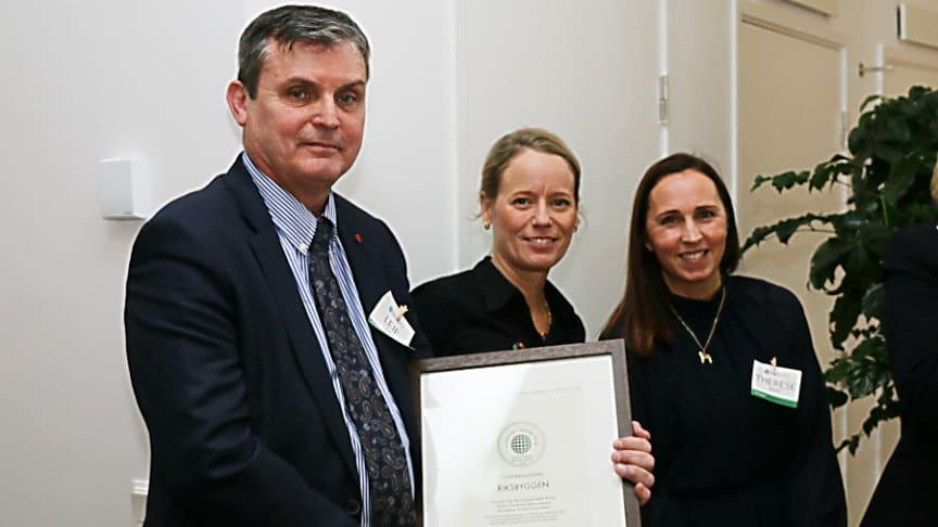 Leif Linde, vd Riksbyggen, Lina Öien, chef för enheten för hållbar utveckling på Riksbyggen, Therese Berg, hållbarhetschef,  under prisutdelningen den 29 november.