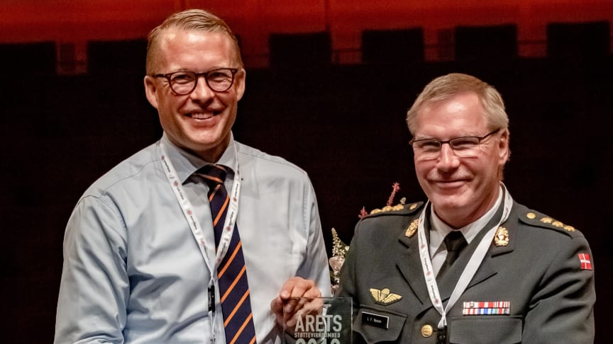 Falck CEO Jakob Riis receives the award from Colonel Lennie Fredskov, military coordinator at InterForce in the Capital Region. Photo: Hélène Mogensen de Monléon