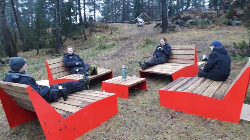 Medarbeidere fra FIXIT slapper av med en kopp kaffe etter at møblene er montert.