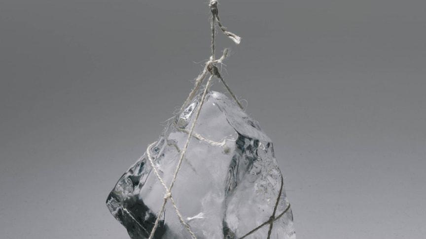 """På CLICK-udstillingen """"Et stille sted"""" kan man høre lyden af smeltende isklumper, der hænger ned fra loftet i de store værftshaller på Kulturværftet. Lavet af lydinstallationskunstner Tomoko Sauvage."""