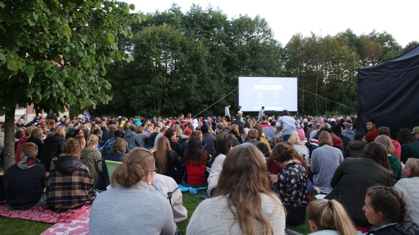 Velkommen til stemningsfull filmkveld under åpen himmel på studentbyen