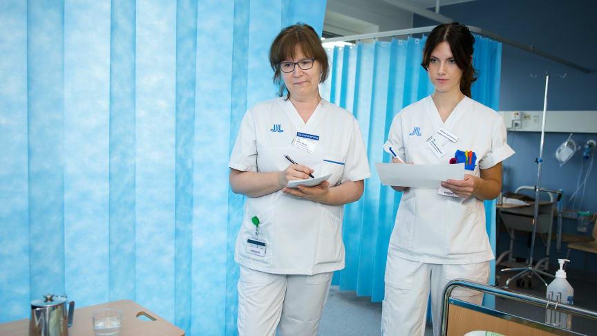 Kvalitetsutvecklare Helen Isberg går rond tillsammans med Jeanette Andersson, klinisk farmaceut anställd på Danderyds sjukhus.