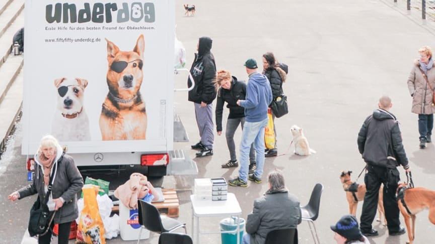 Die mobile Tierarztpraxis im Einsatz am Düsseldorfer Burgplatz (Foto: Underdog)