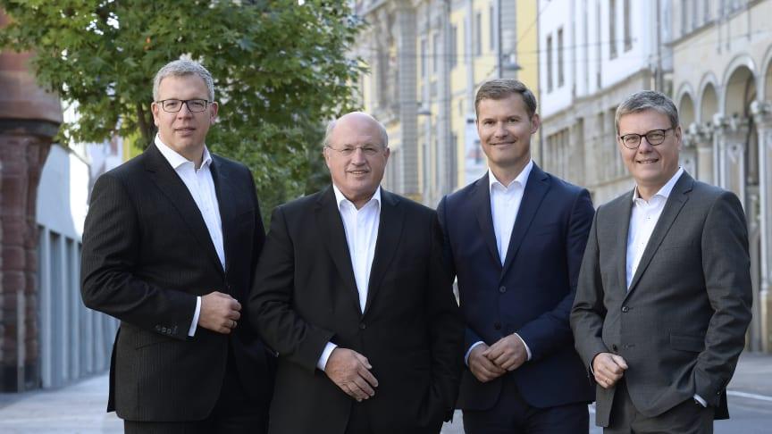 Bereichsdirektor Dr. Jens Michael Heine, der Vorstandsvorsitzende Dieter Bauhaus, Vorstandsmitglied Michael Haun und der stv. Vorstandsvorsitzende Hans-Georg Dorst (v.l.n.r.) stellen den neuen Business-Casual-Look der Sparkasse Mittelthüringen vor.