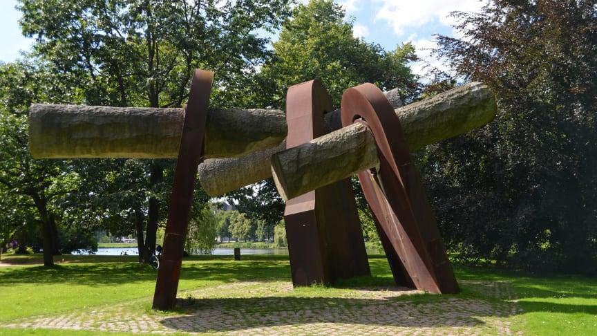 Denkmal zum Matrosenaufstand 1918 von Hans-Jürgen Breuste (Stahl, Granit) im Ratsdienergarten