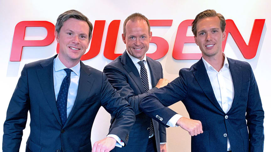 Coronasäkrat handslag befäster affären. På bilden: Victor Mellgren, M&A Manager TSS, Jonus Bartholdson, koncern-VD Pulsen och Jakob Unfors, Investment Manager Pulsen