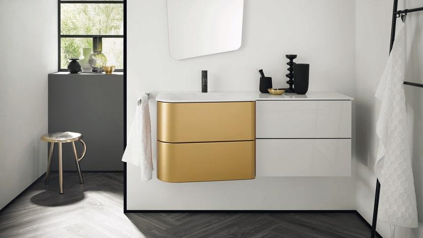 Bringt Schwung und Goldakzente ins Bad: Das Design der neuen burgbad-Kollektion Badu ist ein echter Allrounder. Foto: burgbad