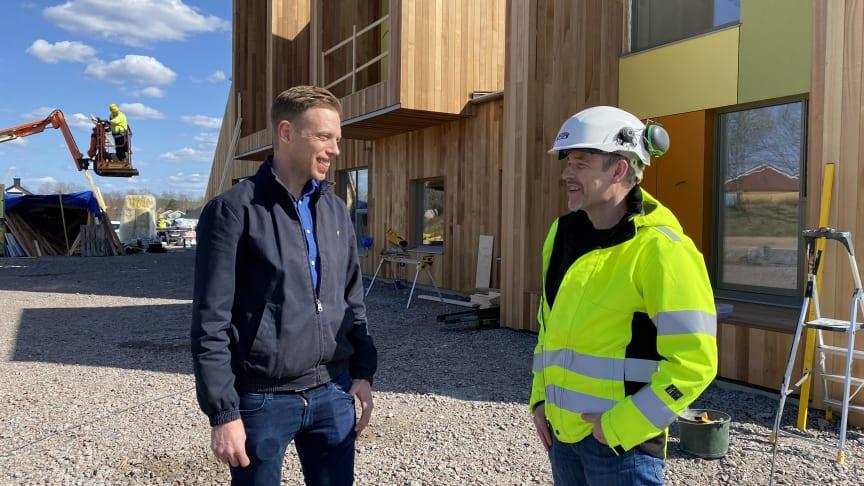 Tobias Johansson, projektchef på APP Properties och Niclas Couchér, projektchef på Gärahovs Bygg är nöjda med byggnationen på Hofs Park i Växjö. Snart är den första byggnaden inflyttningsklar.