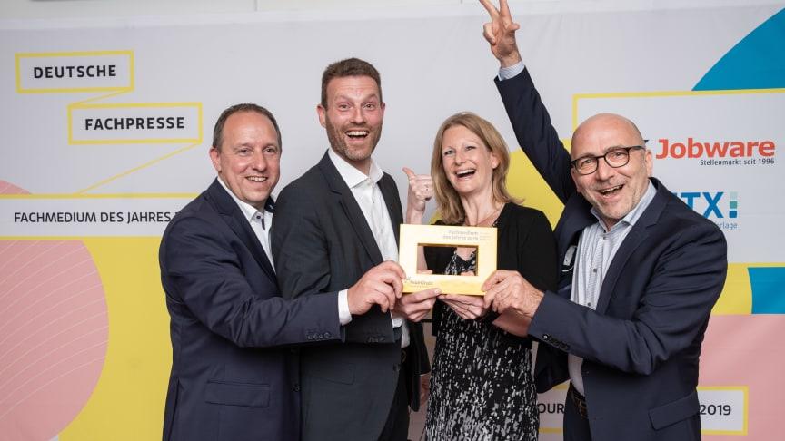 Günther Oster (Leitung Media Sales), Kerstin Holzhüter (Leitung Marketing), Günter Ruhe (Geschäftsführung) und André Gesellchen (Leitung Programm) nahmen den Award stellvertretend für das gesamte FeuerTrutz-Team entgegen. Foto: Deutsche Fachpresse