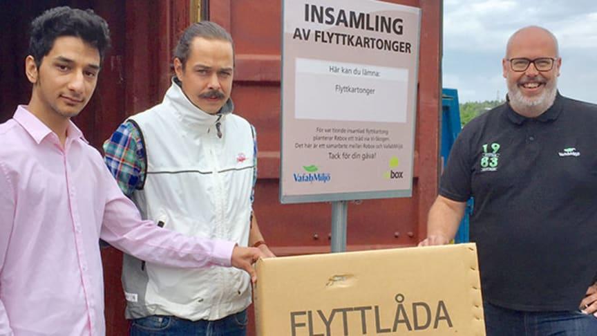"""Den 8 augusti invigs behållaren för """"Insamling av flyttkartonger"""" på Återbruket i Köping, ett samarbete mellan Rebox och VafabMiljö."""