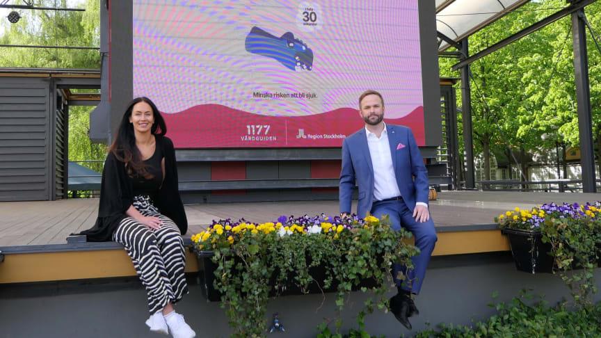 Linnéa Monteiro från evenemangsavdelningen och kulturborgarråd Jonas Naddebo i Kungsträdgården. I stället för stora evenemang i city kommer kulturen att spridas ut över hela staden.