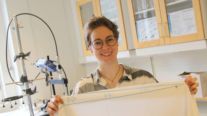 Anna Palme är Renovas miljöstipendiat 2017. Annas forskning handlar om att återvinna textilier av blandmaterialet polyester/bomull, ett material som bland annat används i lakan för sjukhus.
