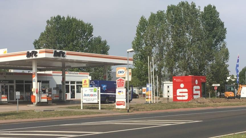 An seinem neuen Standort in der Siedlungsstraße 2 ist der Sparkassen-Würfel in Gebesee noch besser sichtbar.