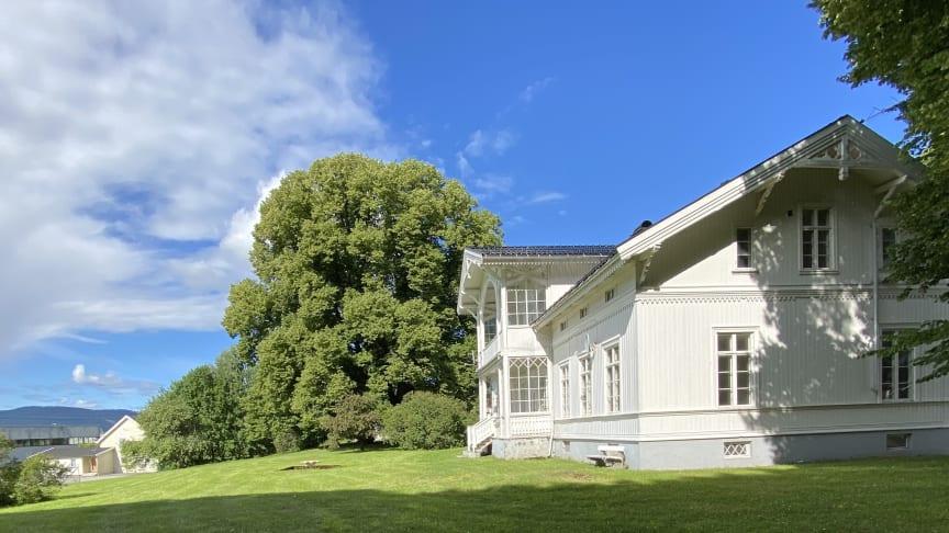 Hovedbygningen på Gilhus fra 1868 er inspirert fra senempiren med detaljer fra sveitserstilidealene.