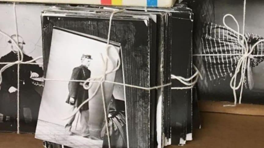 Gamla bilder ur Lindesbergs kulturhistoriska arkiv på väg att hängas upp på utställning.