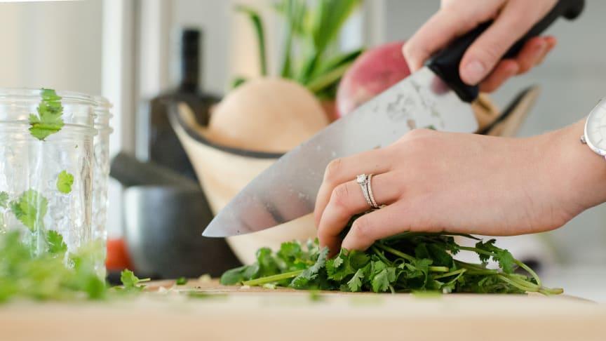 Minska risken för att bli sjuk under rötmånaden genom att tvätta händerna ofta och använda olika skärbrädor för kött och grönsaker.
