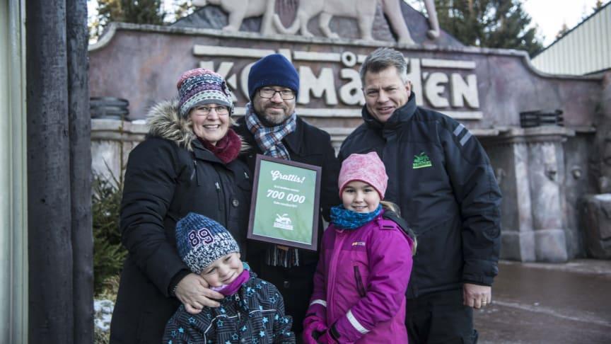 Anna Lövheim blev gäst nummer 700 000. Här tillsammans med familjen: Daniel och barnen Oscar och Alice. Niclas Palmqvist, VD Kolmården till höger. Familjen fick en exklusiv guidning hos de röda pandorna.